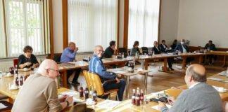 Bisher Einzelkämpfer für die FDP im Rat der Stadt Altena: Bernhard Diel Bildmitte am Einzeltisch). Der Evingser tritt im Herbst als Spitzenkandidat der Liberalen an. Foto (Archiv): Björn Braun