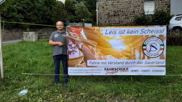 Ortsvorsteher Helmar Roder neben dem Banner, das unmittelbar neben der Kreuzung Ehrenmal-/Neuenrader Straße hängt. Foto: privat