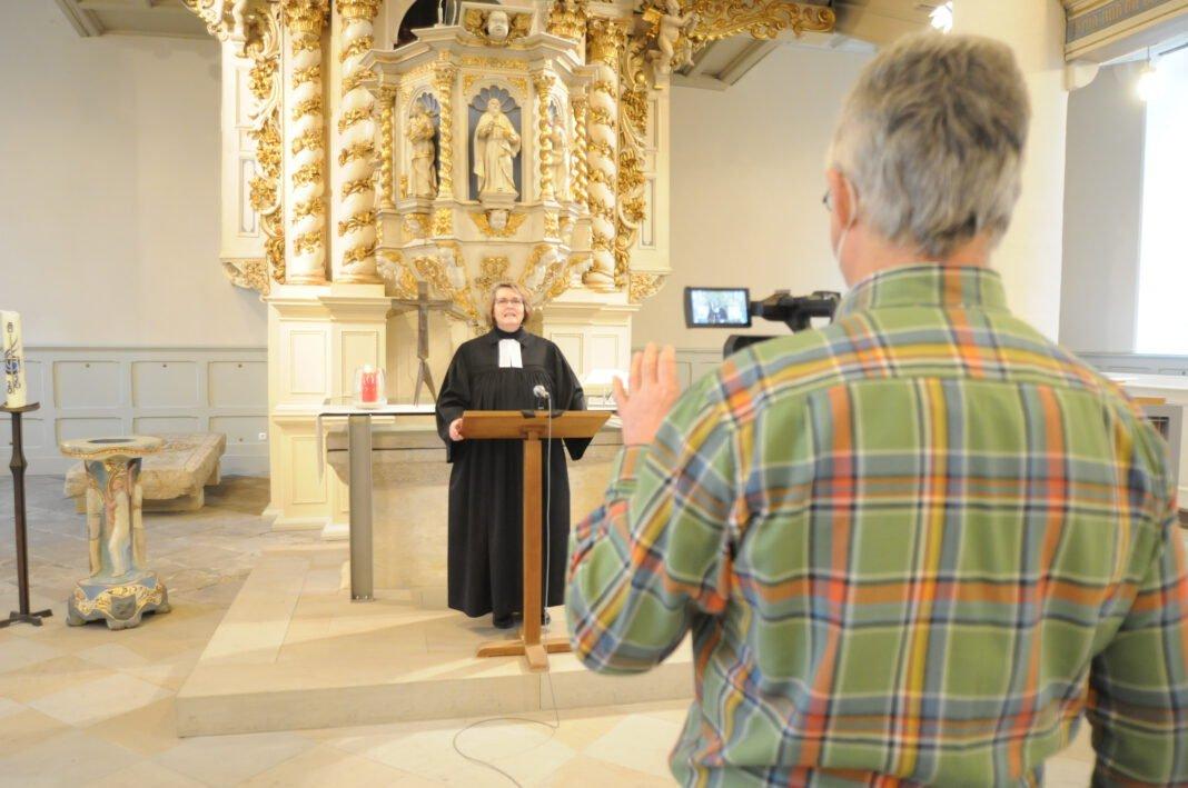 Pfarrerin Anke Leuning bei der Aufnahme ihrer Predigt in der Lutherkirche.