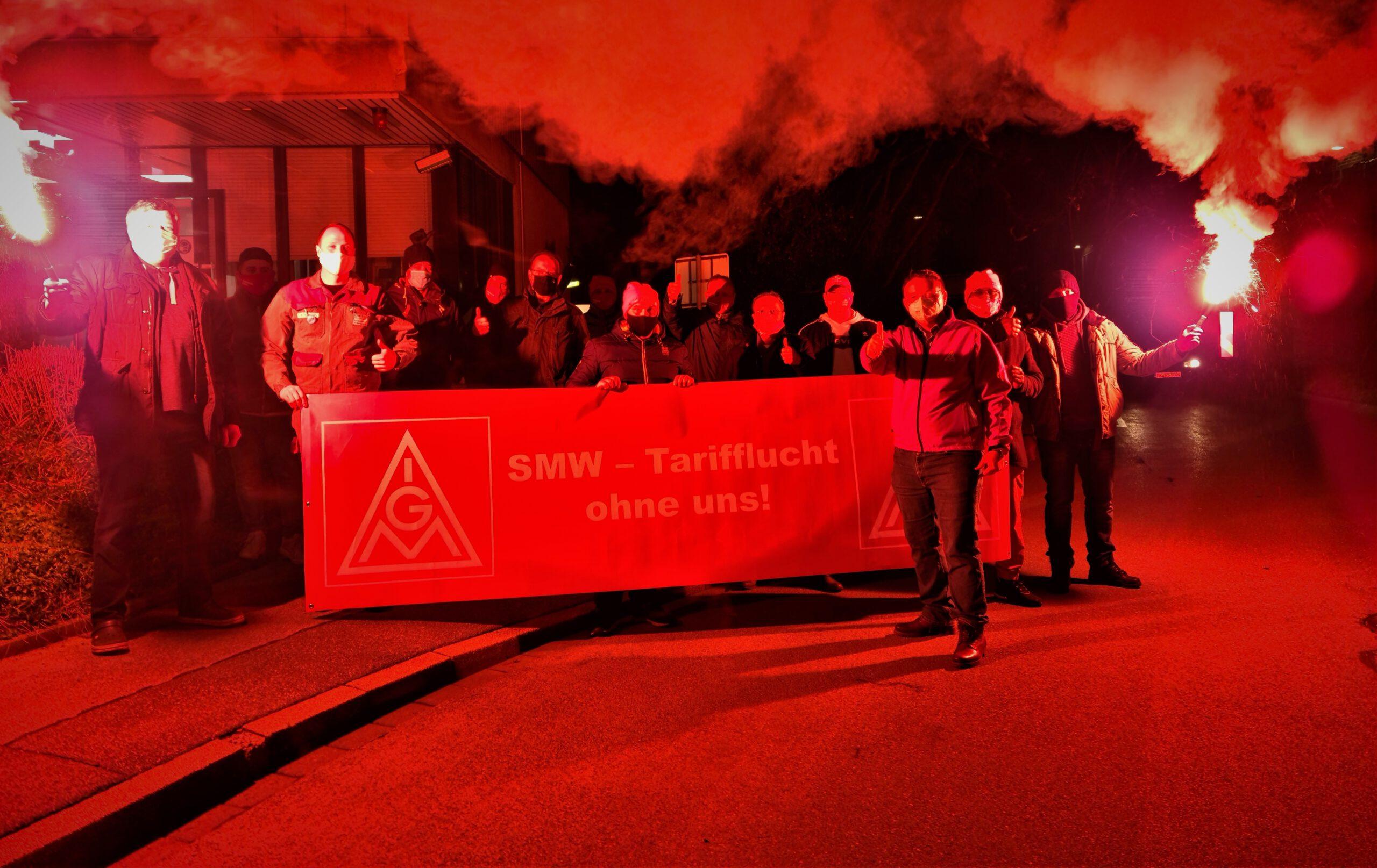 Geben sich kämpferisch, um zur Tarifbindung zurückzukehren: die Beschäftigten des Sundwiger Messingwerks am Montagfrüh (8. März). Foto: IGM