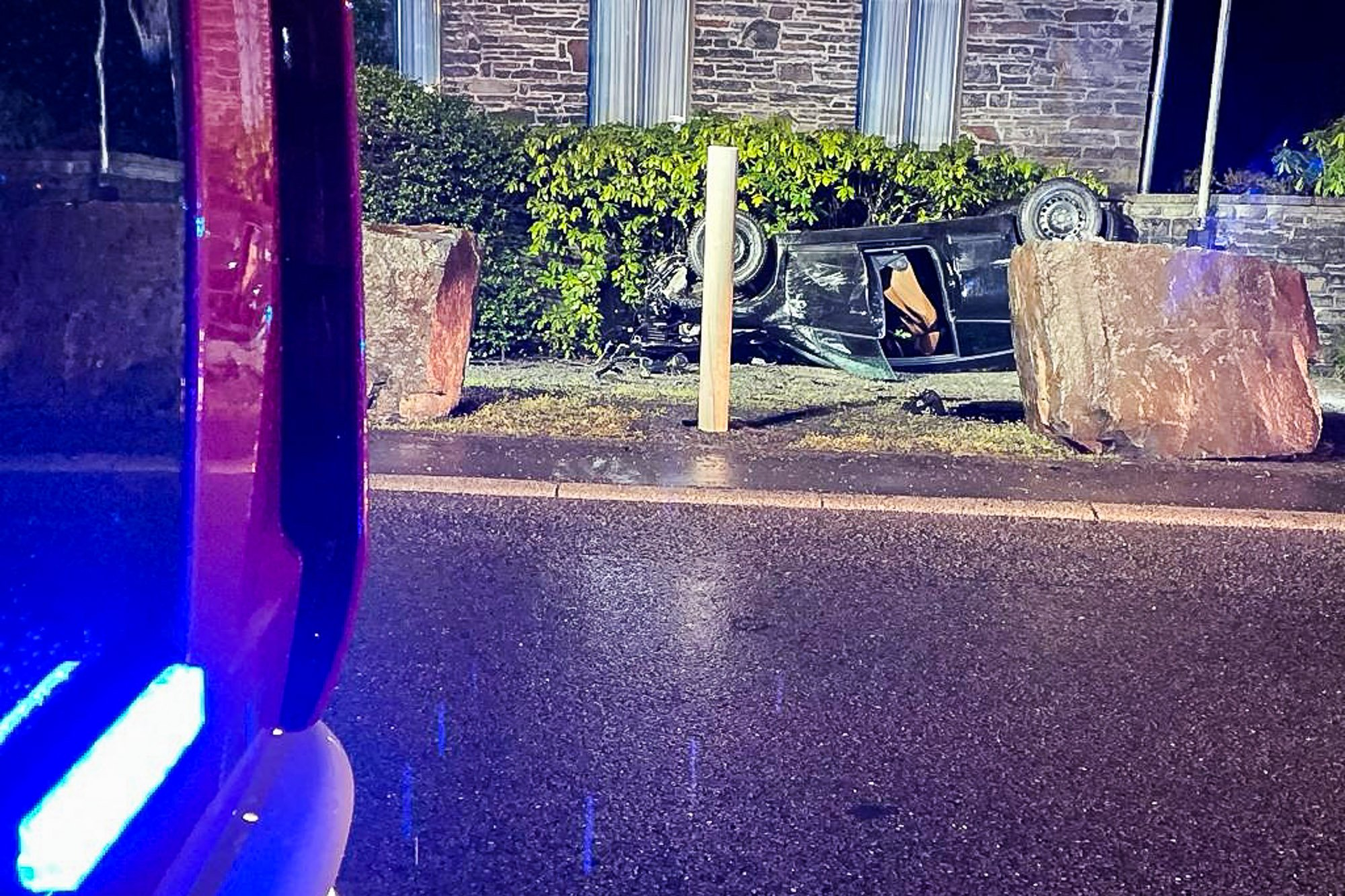 Nachdem das Auto gegen einen der Findlinge vor Haus Nachrodt geprallt war, landete es auf dem Dach. Foto: Feuerwehr Nachrodt-Wiblingwerde